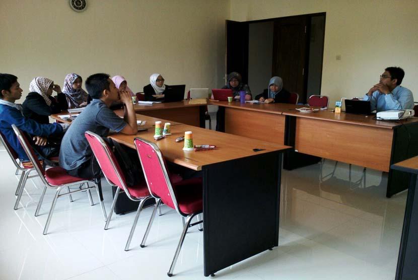Suasana FGD mengenai crowdfunding di kampus STEI-SEBI Depok, Senin (30/5).