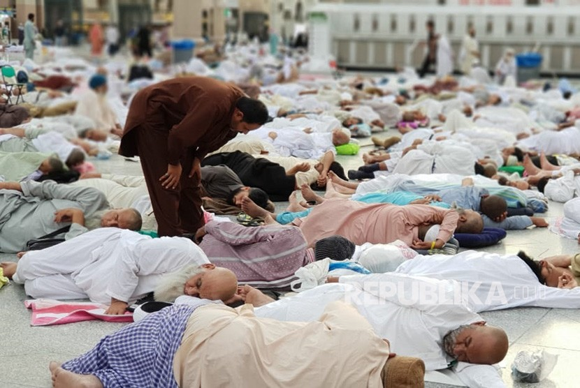 Balikpapanku - suasana pelataran masjid nabawi madinah yang dipenuhi jamaah i tikaf  180607161407 281