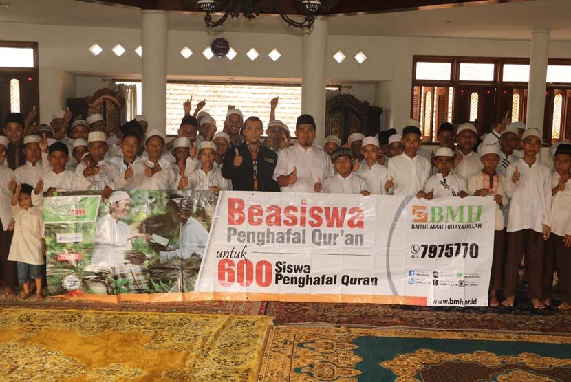 Suasana penyerahan beasiswa kepada para penghapal Alquran yang diadakan oleh BMH di Jakarta, Rabu (25/5).