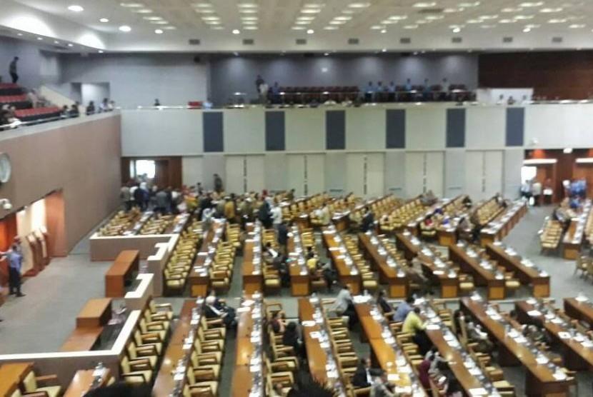 Suasana ruangan sidang paripurna yang kosong di Gedung Nusantara II saat terjadi aksi walk out sejumlah anggota DPT saat membahas hak angket KPK, Jumat (28/4)