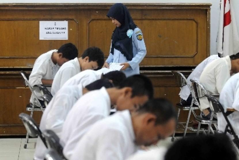 Suasana Ujian Nasional program kejar paket C di Lapas Cipinang, Jakarta Timur, Senin (13/4).