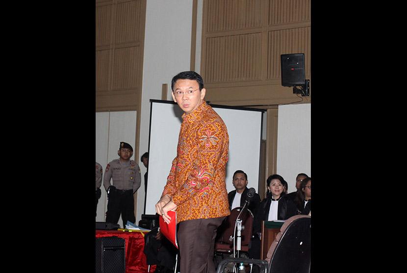 Terdakwa kasus dugaan penistaan agama Basuki Tjahaja Purnama atau Ahok memasuki ruang sidang di Auditorium Kementerian Pertanian, Jakarta, Selasa (14/3).