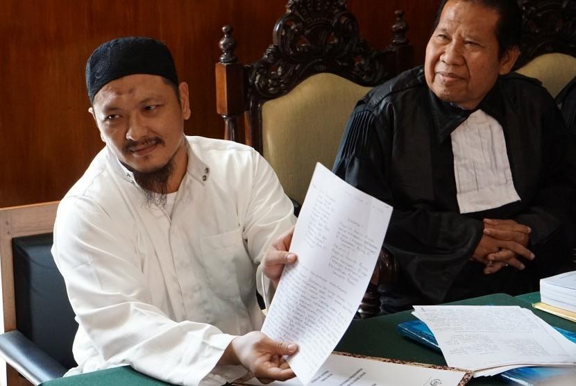 Terpidana mati kasus narkoba Freddy Budiman (kiri), menunjukkan surat permohonan tobat nasuha pada sidang PK di Pengadilan Negeri Cilacap, Jawa Tengah, Rabu (25/5).