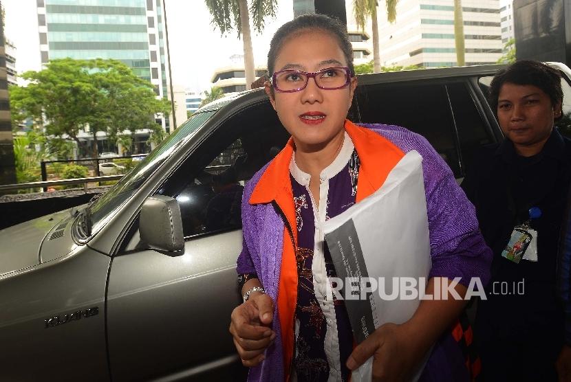 Tersangka dugaan kasus suap yang juga anggota Komisi V DPR Damayanti Wisnu Putranti memasuki ruangan untuk menjalani pemeriksaan di gedung KPK, Jakarta, Selasa (16/2).