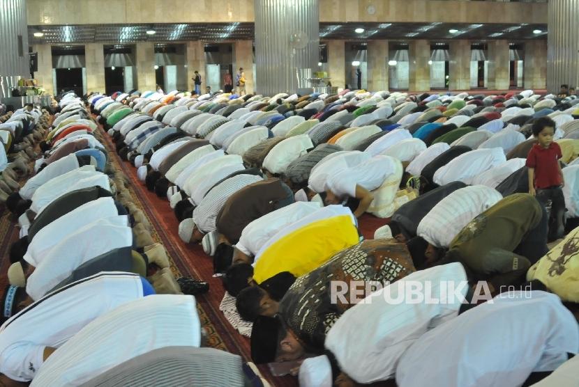 Umat Muslim menjalankan shalat Tarawih di bulan Ramadhan