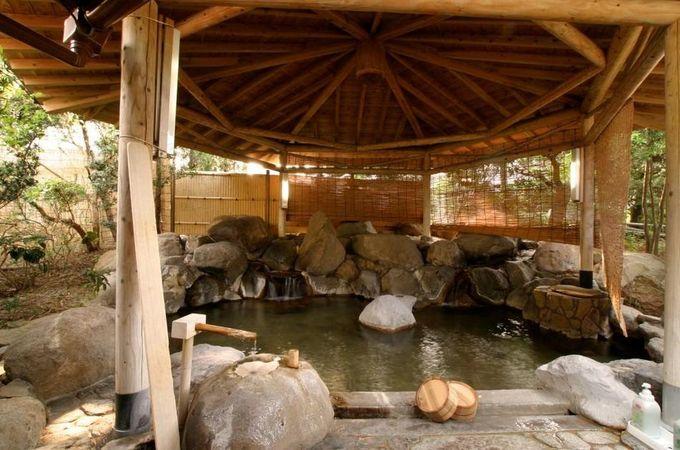 美肌の湯、嬉野温泉の第一源泉をもつ温泉旅館、「元湯  白珪」。源泉は、なんと100度に近い高温で、その上質な温泉を全館で使っています。露天風呂は、日本の名工設計の岩風呂です。