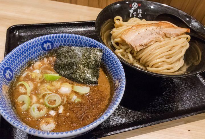 2016年、筆者が大阪のつけ麺で最も注目しているのがここ。個人的に西日本No.1と思っている濃厚つけ麺の名店が、大阪中心部に進出してきたからです。本店は京都府郊外にあって行き辛いため、その味が手軽に食べられるようになったのは嬉しい限り。ドロドロの動物魚介スープに極太麺、キングオブベタな組み合わせながら極めてハイレベルな完成度です。最近大阪でもこの手のつけ麺は増えているものの、はっきり言ってここは別格でしょう。お客さん1人1人にしっかり視線を向けて挨拶するなど、接客も非常に丁寧で好印象。