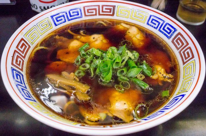 高井田系と呼ばれる大阪のご当地ラーメンと、店主の故郷である和歌山のラーメンを軸にした大阪屈指の人気ラーメン店です。写真の中華そばが高井田系と呼ばれるもので、色濃い醤油スープに太麺が特徴的。決して塩辛いわけではなく、あっさりしていてほんのり感じる酸味と甘みが印象に残る一杯です。そしてこのスープに合わせる、喉越し抜群の自家製麺も素晴らしい。また、毎月第1日曜に「おはようラーメン」と題して朝ラー、即ち朝営業でラーメンを提供しています。たまには、休日に早起きして行ってみるのは如何でしょうか。