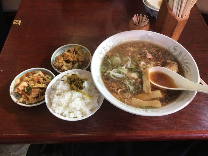 ラーメンだけではなく、おばあさんが毎日作る惣菜が本当に美味しいと評判になっています。ラーメンライスと惣菜を食べれば満足すること間違いありません。富山のおふくろの味を感じますね。