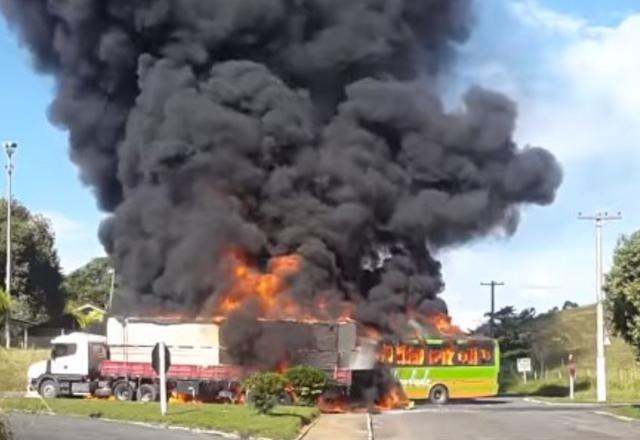 Ônibus atingiu o tanque de combustíveis da carreta e pegou fogo | Reprodução/Youtube