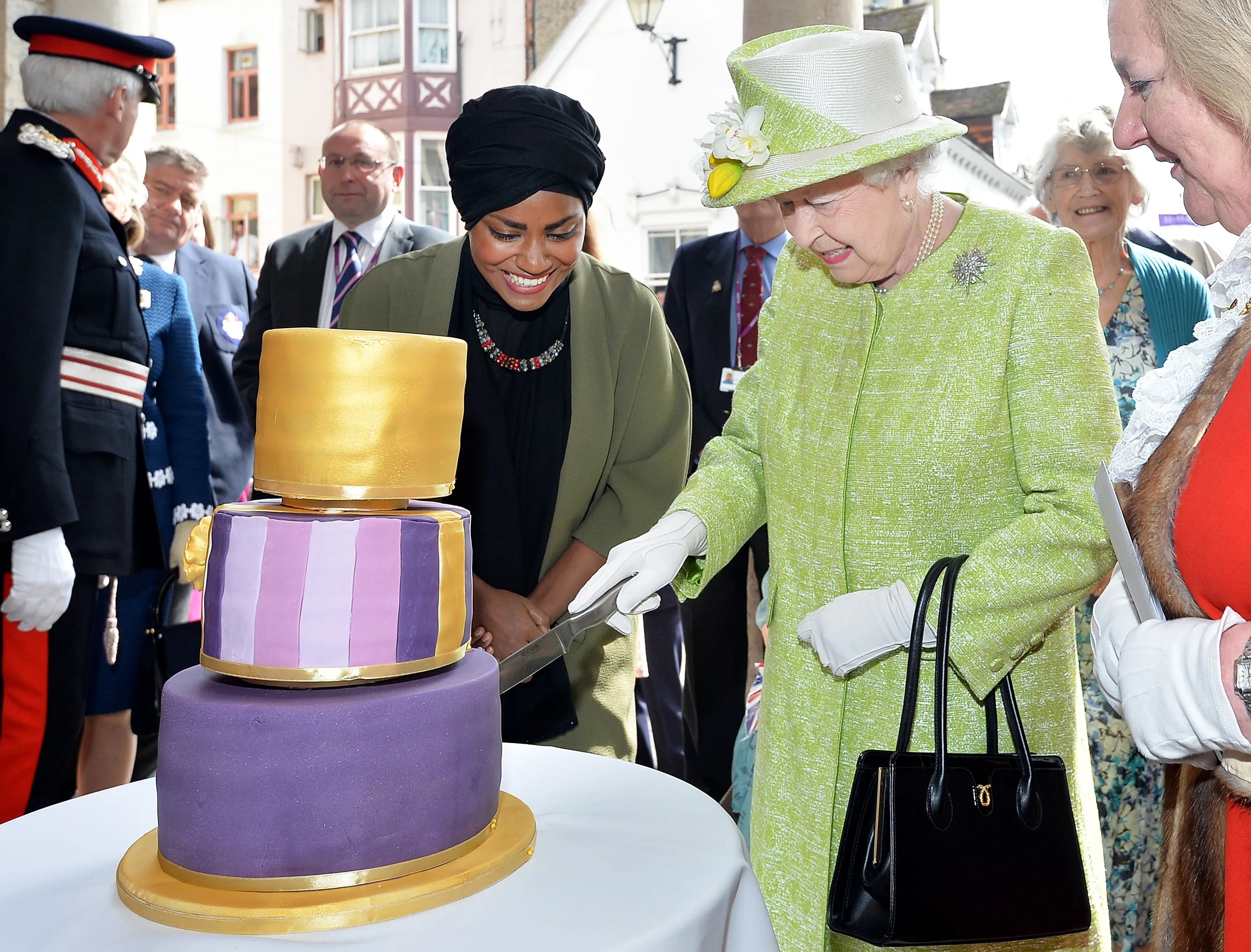 Bake Off Star Makes Queen Elizabeth Ii S 90th Birthday Cake The Seattle Times