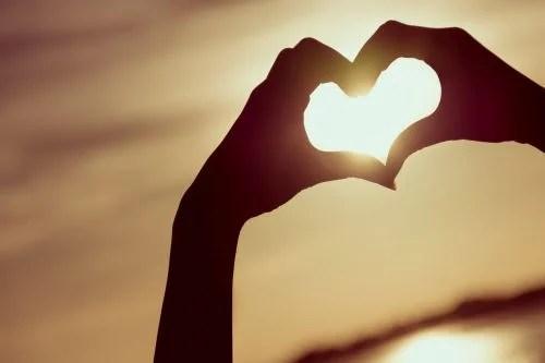 Sinal de coração com as mãos
