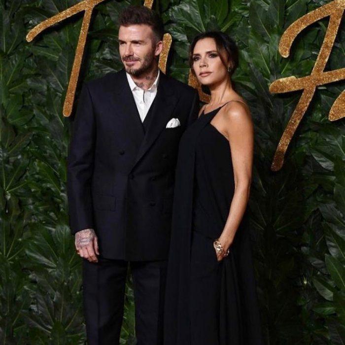 David Beckhman y Victoria posando para una foto durante una gala de moda