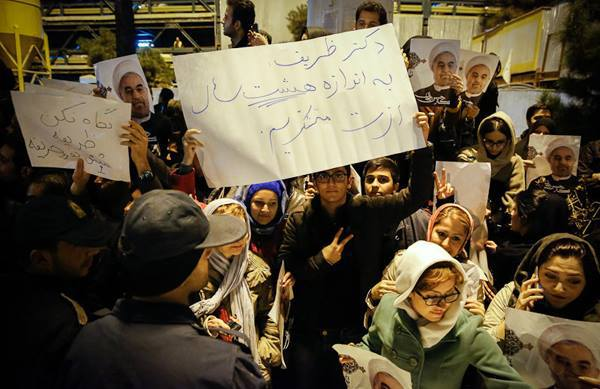 Iranians welcoming the Geneva delegation back home, Serat News, Nov. 25