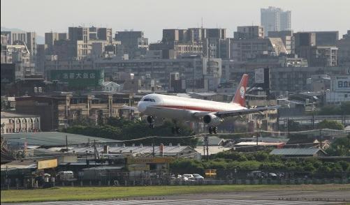 臺北松山機場跑道驚見破洞 機場緊急關閉修補_社會圖文_看看新聞