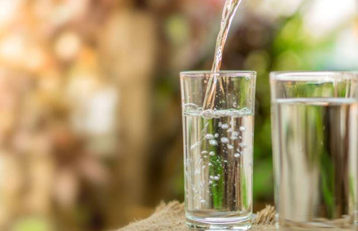 Lanza un vaso de agua en Año Nuevo