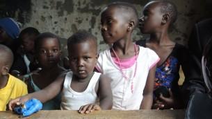 Les enfants d'un orphelinat de Kampala participent à une journée d'activités organisée par les élèves de Come True, le 1er septembre 2017 (Crédit : Melanie Lidman/Times of Israel)