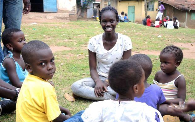 Les élèves de Come True ont économisé leur argent de poche d'environ 30 shekels pour acheter du savon, des en-cas et autres nécessités pour un orphelinat de Kampala, le 1er septembre 2017 (Crédit : Melanie Lidman/Times of Israel)