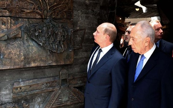 Russian president Vladimir Putin (L) and Israeli president Shimon Peres at a ceremony in Netanya inaugurating a monument commemorating the Red Army's triumph over Nazi Germany, on Monday (photo credit: Avi Ohayon/GPO/Flash90)