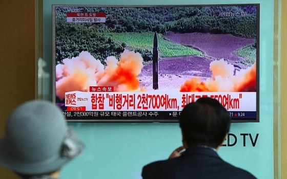People watch a television news screen showing file footage of a North Korean missile launch, at a railway station in Seoul on August 29, 2017. (AFP/Jung Yeon-Je)