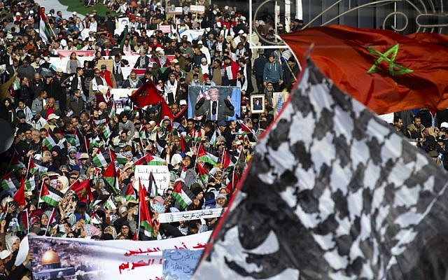 Pro-Palestinian protesters wave Palestinian and Moroccan flags during a demonstration in Rabat against US President Donald Trump's declaration of Jerusalem as Israel's capital on December 10, 2017 (AFP PHOTO / FADEL SENNA)