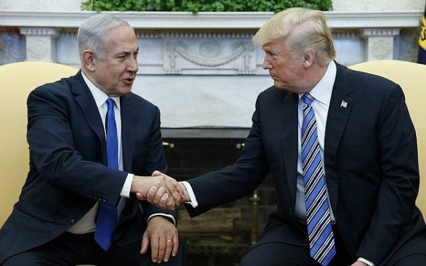 Prezydent USA Donald Trump spotyka się z premierem Izraela Benjaminem Netanjahu w Owalnym Biurze Białego Domu, 5 marca 2018 r. W Waszyngtonie. (AP Photo / Evan Vucci)