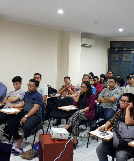 Sapri Sale, left, teaching a Hebrew class in Jakarta, February 2018 (courtesy)