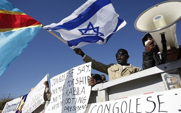 Congolese activists demonstrate outside Prime Minister Netanyahu's office in Jerusalem on December 18, 2011, calling for the Israeli government to disregard newly elected Congolese president Joseph Kabila and support leader of opposition Etienne Tshisekedi instead. (Miriam Alster/Flash90)