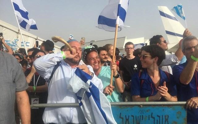 Tłum gości 100 olimów Francji na lotnisku Ben Guriona w dniu 17 lipca 2019 r. (Fot. Stéphanie Bitan / Times of Israel)