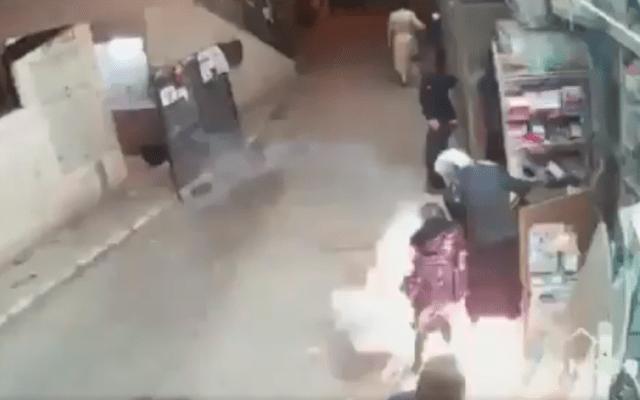 警官隊の攻撃に女児が巻き込まれる