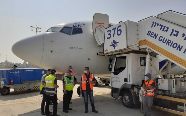 Ground crew at Ben Gurion Airport prepare for the first commercial flight between Israel and the UAE, August 31, 2020 (Raphael Ahren/Times of Israel)