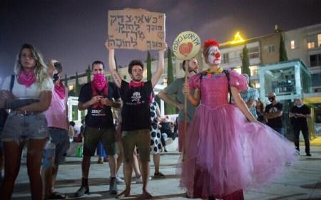 """Manifestantes antigovernamentais em Tel Aviv antes do início do segundo confinamento do coronavírus em Israel, 17 de setembro de 2020. A placa diz: """"Quando a injustiça se torna lei, a rebelião se torna uma obrigação."""" (Miriam Alster / Flash90)"""