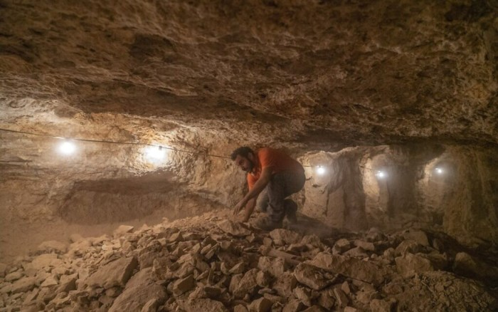 The excavation of the caves was conducted in difficult conditions (Yaniv Berman/IAA)