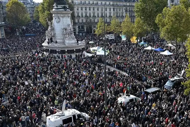 78735433 Shocked France rallies in solidarity after beheading of teacher