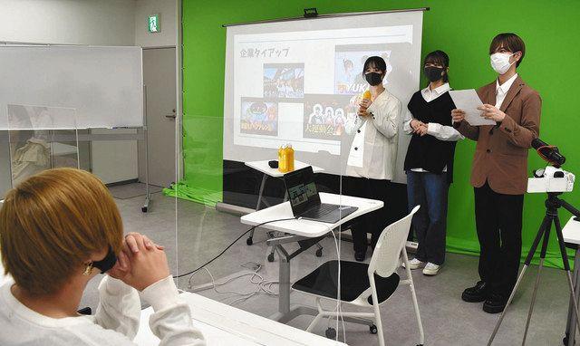 3人組の人気ユーチューバー「PKA」から直接指導を受ける生徒(左端)=品川区で