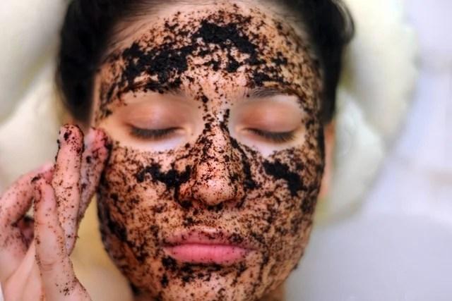 4 Esfoliantes caseiros com Café para o corpo e para o rosto