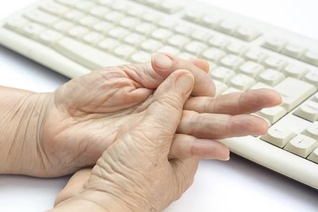 Dedo em gatilho: o que é, causas, sintomas e tratamento