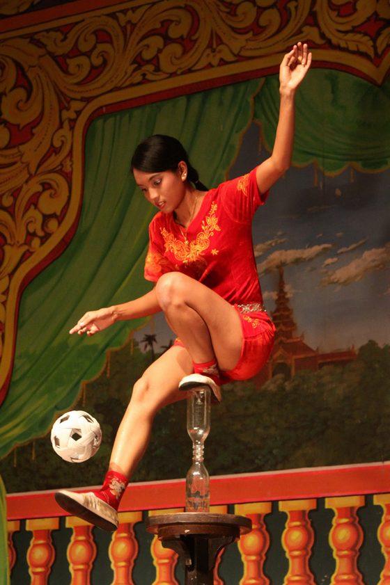 Myanmar - Equlibrista - di berg17