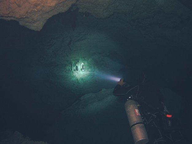 Marienstatue unter Wasser