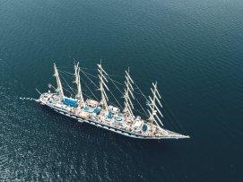 Schiff an der Küste von Piran