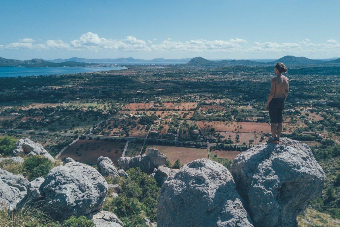 Tibor in den Bergen Mallorcas