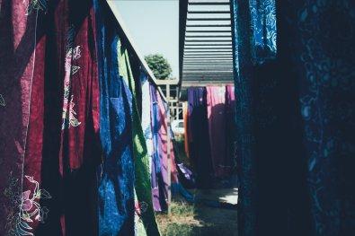 Craft Batik Stoffe beim trocknen