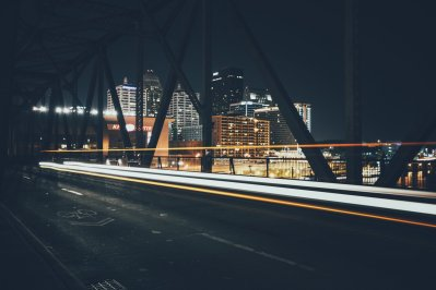 Big Four Bridge bei Nacht zwischen Indiana und Louisville