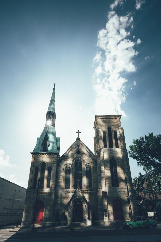 Kirche vor dem Omni Hotel mit Lichtreflektion der Hotelfront