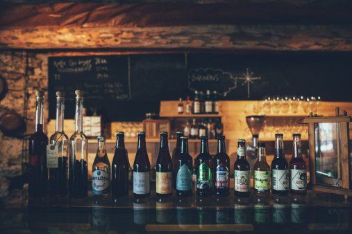 Auswahl an Getränken und Speisen im Prima Gård