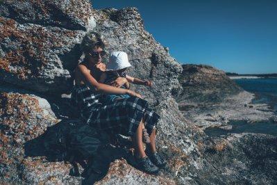 """Zusammen auf den Kalksteinformationen herumklettern. Mit den Keen """"Terradora"""" Wanderschuhen rutscht Mama Mia nicht aus."""