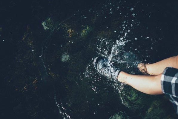 """Plitsch, platsch. Mit den Keen """"Terradora"""" Wanderschuhen über Felsen und durchs Wasser hüpfen."""