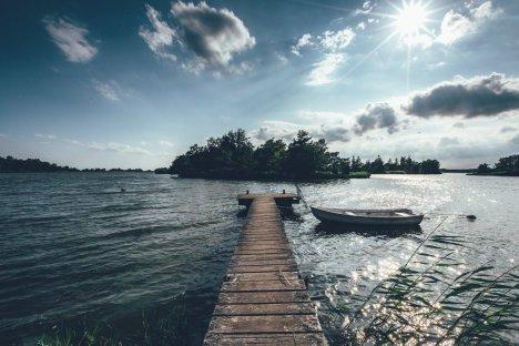 Kleine Inseln und glitzernde Ufer In Småland / Schweden.