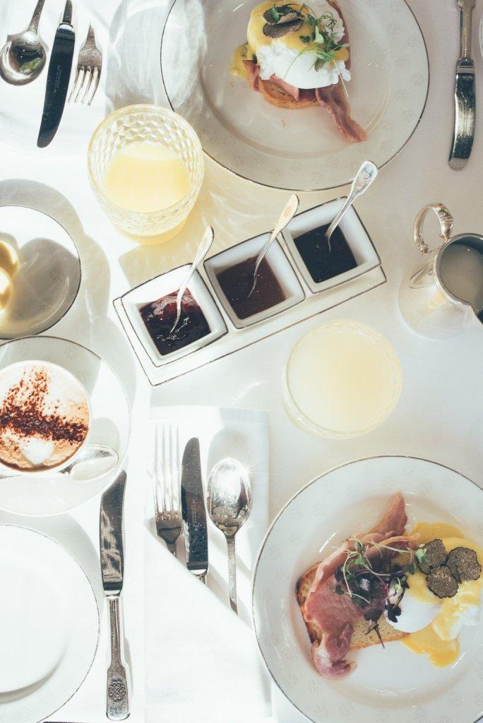 Frühstück im Luxuszug Belmond Grand Hibernian