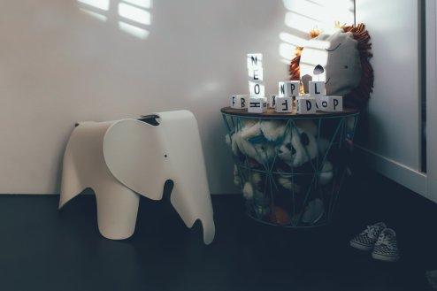 Vitra Eames Elephant Kinderstuhl und Ferm Living Wire Basket Korb Medium